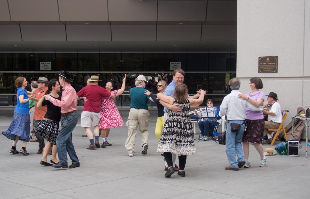 "photo ""Танцуем. Приглашаем всех."" tags: street, genre, Танцуем dancing"