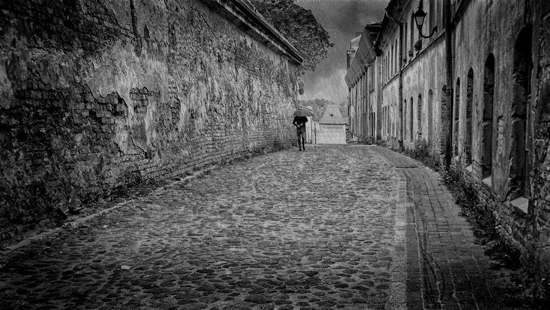"photo ""Loneliness - rain ..."" tags: travel, street, black&white, Вильнюс, старый город"
