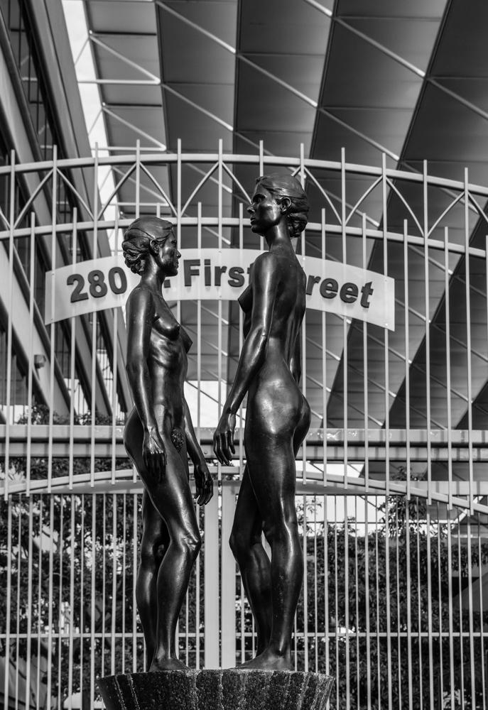 """фото """"У входа в здание Федерального Суда"""" метки: черно-белые, архитектура, . Статуя, Federal Court, statue, Федеральный суd"""