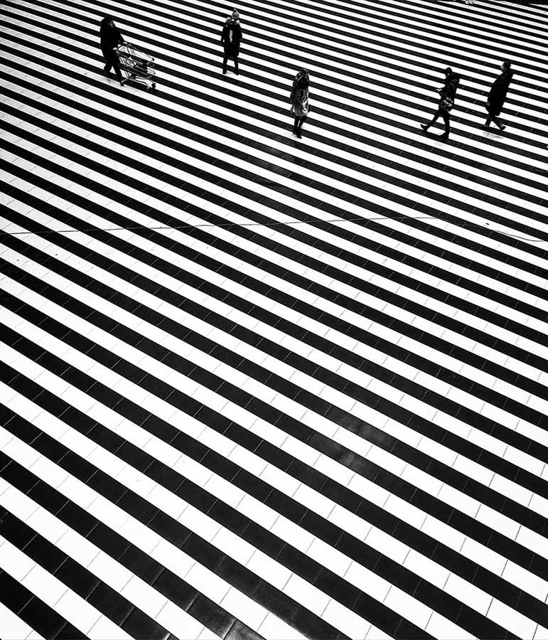 "photo ""Zebra"" tags: interior, black&white, abstract, geometric, lines, people, peoples, rhythm, геометрия, графика, линии, минимализм, полосы, ритм"