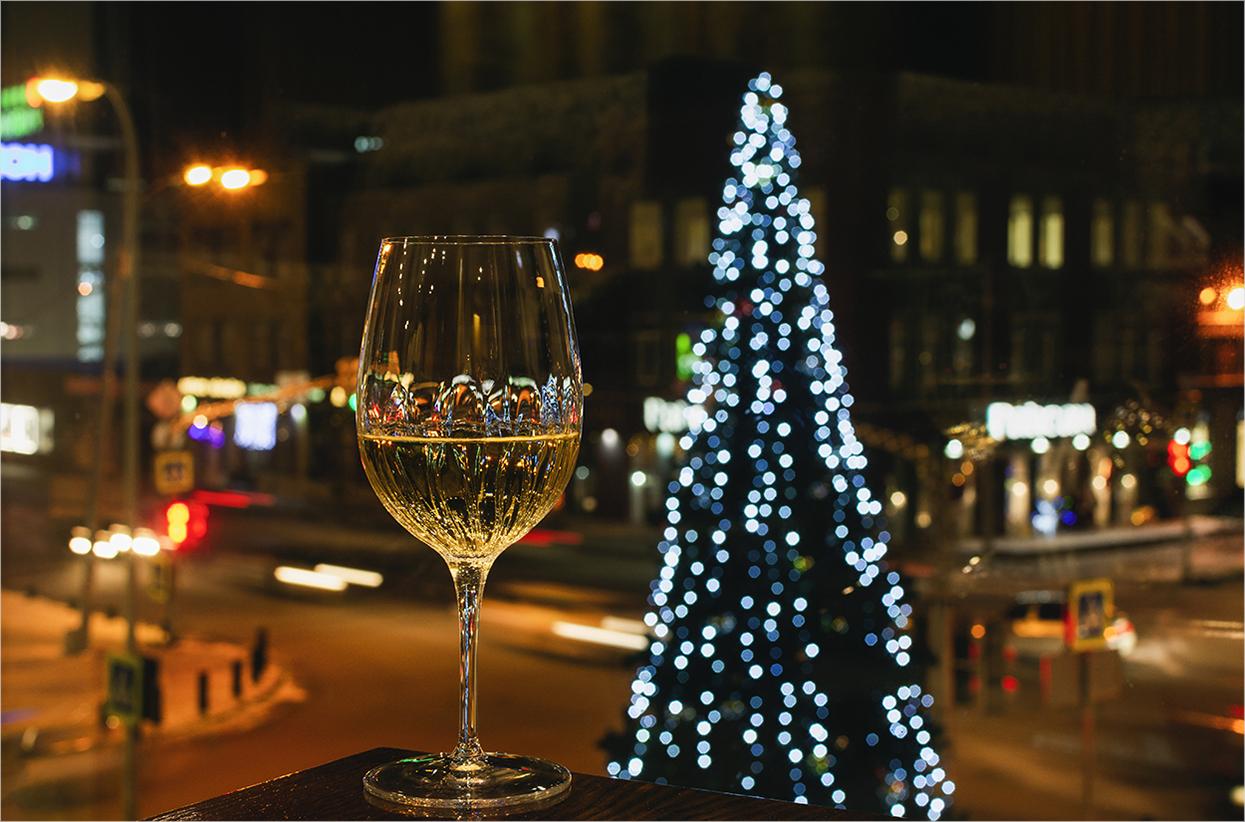 """photo """"***"""" tags: macro and close-up, city, street, Бокал вина, городские огни, новогодняя елка, ночной город, праздник Новый Год, рождество"""