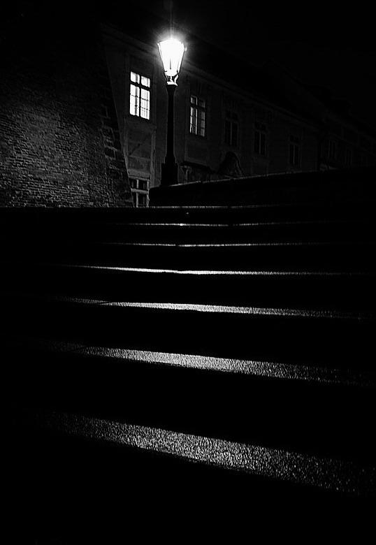 """photo """"Ночной фонарь и лестница"""" tags: black&white, Prag, Prague, Praha"""