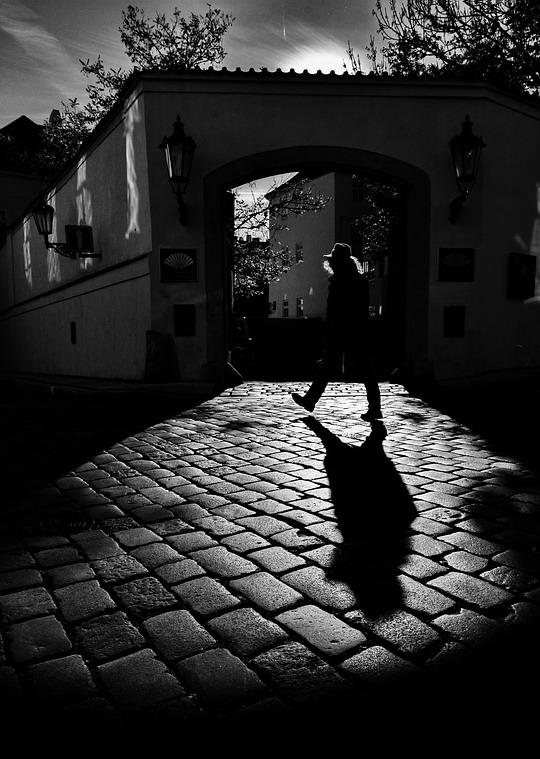 "photo ""Ворота, свет и фигура"" tags: black&white, Prag, Prague, Praha"
