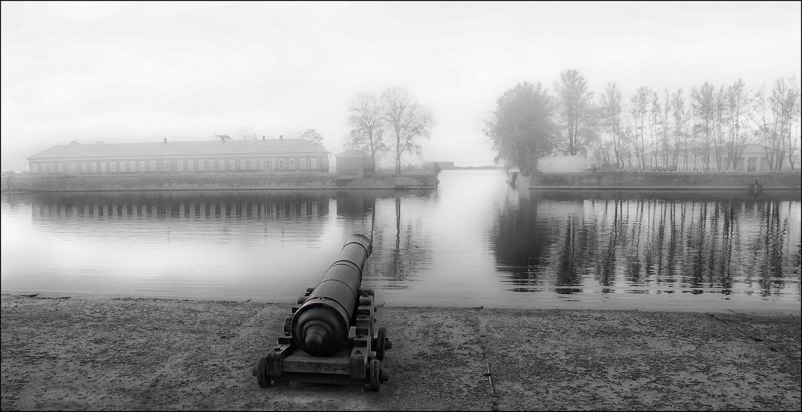 """photo """"* * *"""" tags: travel, black&white, Итальянский пруд, Кронштадт, пушка"""