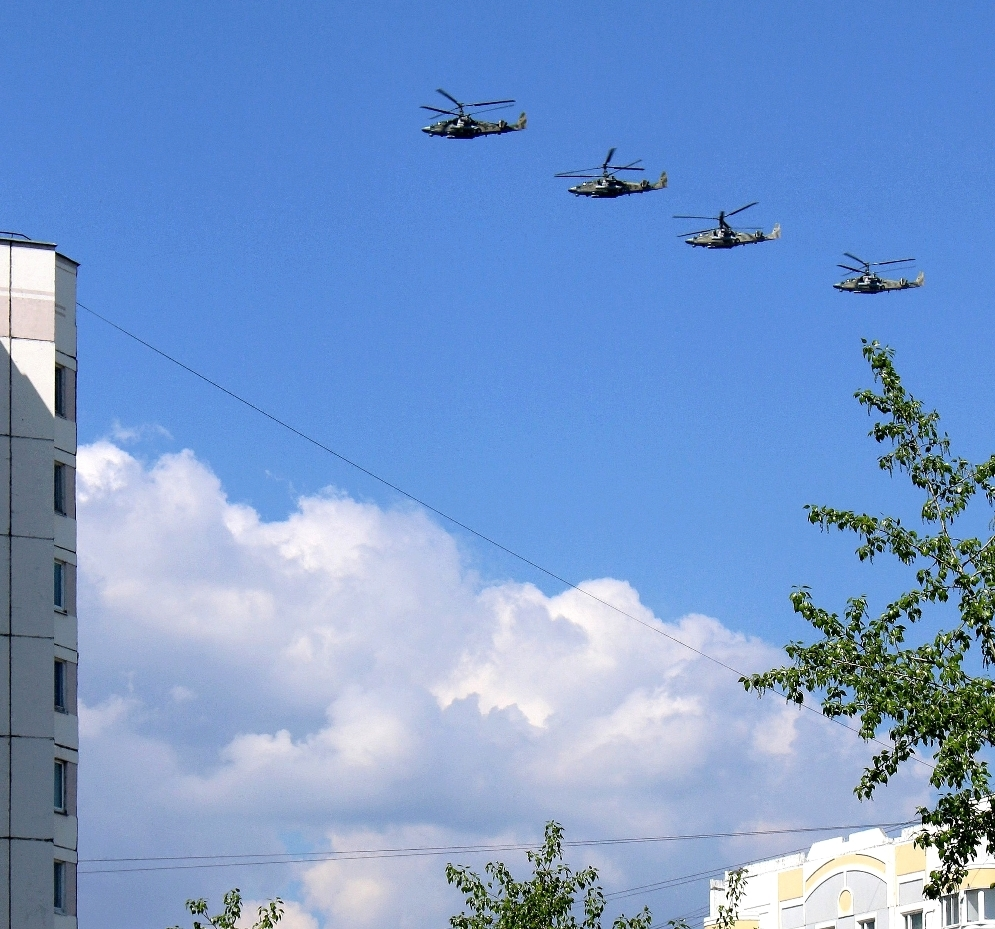 """photo """"airfield spare on the roof..."""" tags: humor, city, reporting, Moscow, аэропорт воздушная  среда защи, сити"""