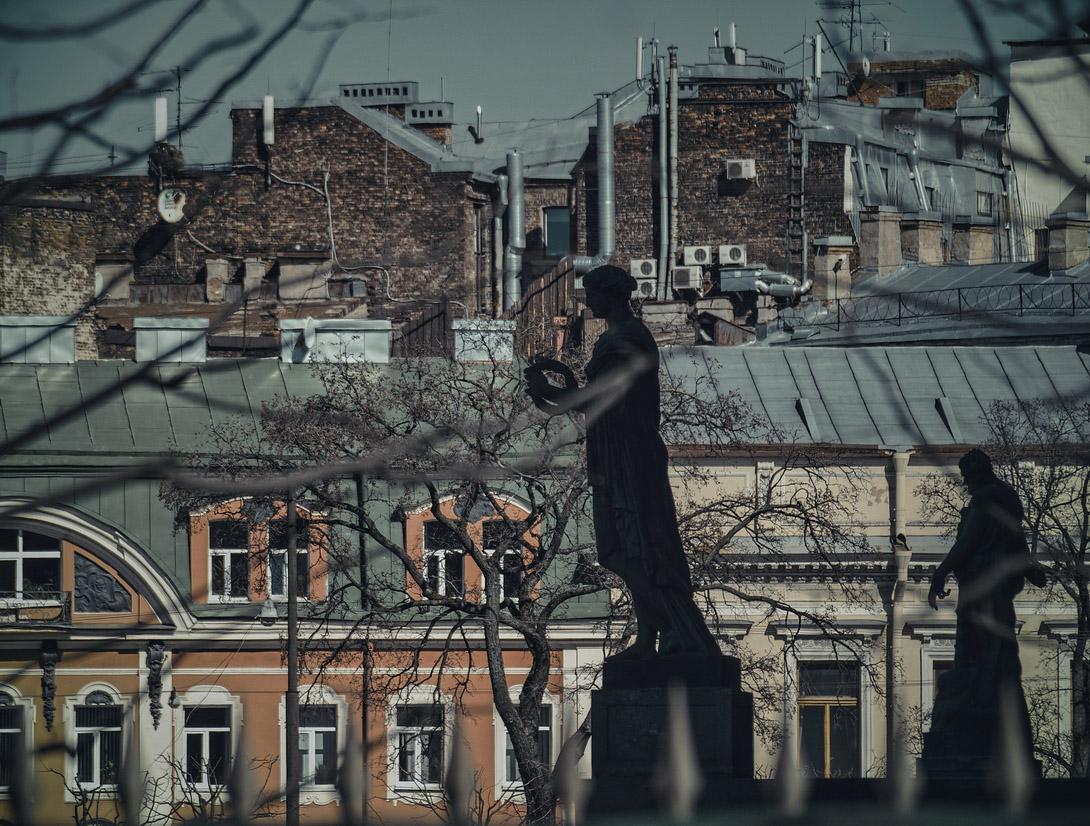 "photo ""silhouettes"" tags: architecture, city, street, tree, окна, силуэт, силуэты, скульптура, скульптуры"