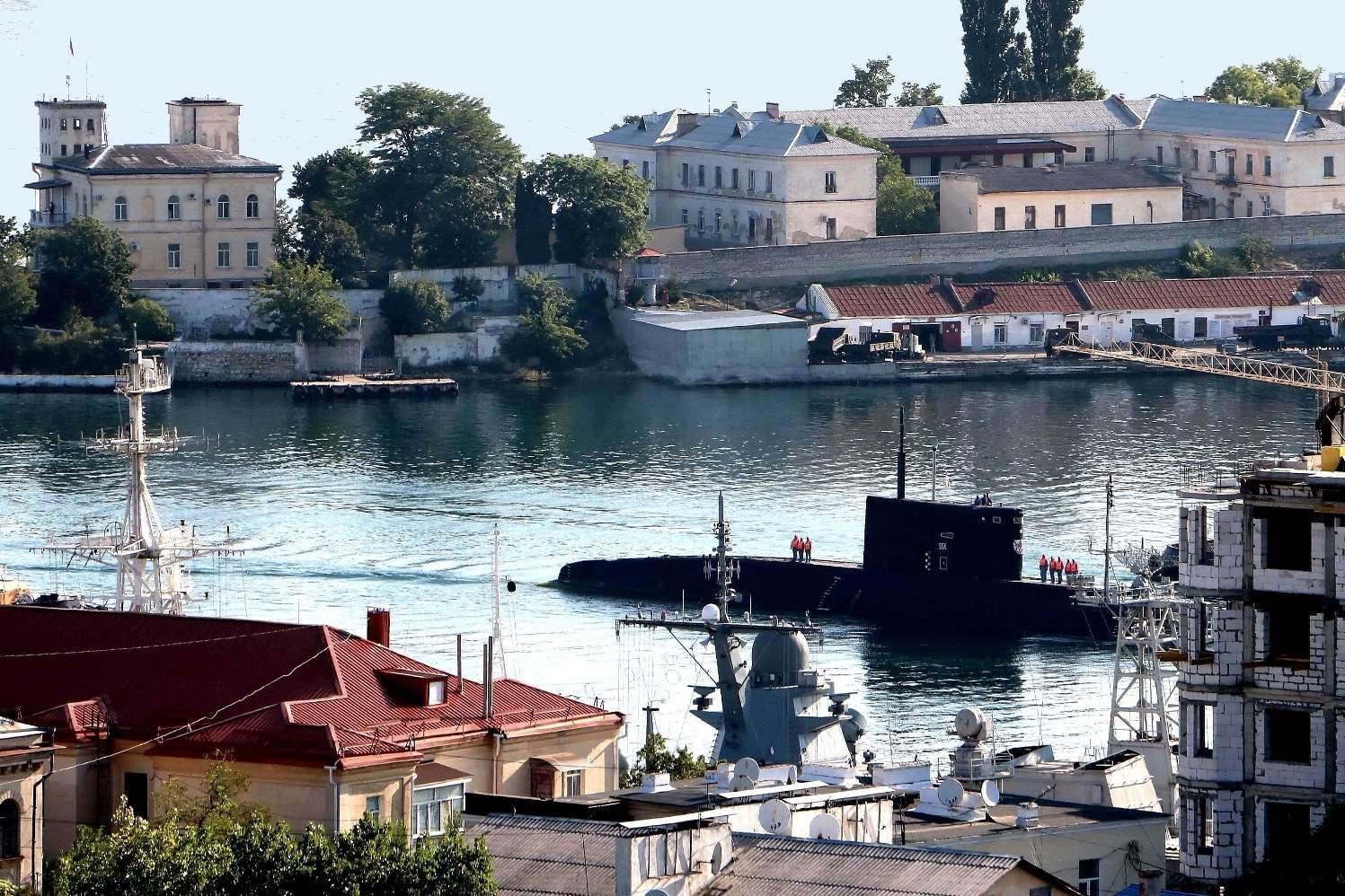 "photo ""preparing for the parade"" tags: street, reporting, city, sea, water, Севастополь, Черное море, история, корабли, подводная лодка, субмарина"