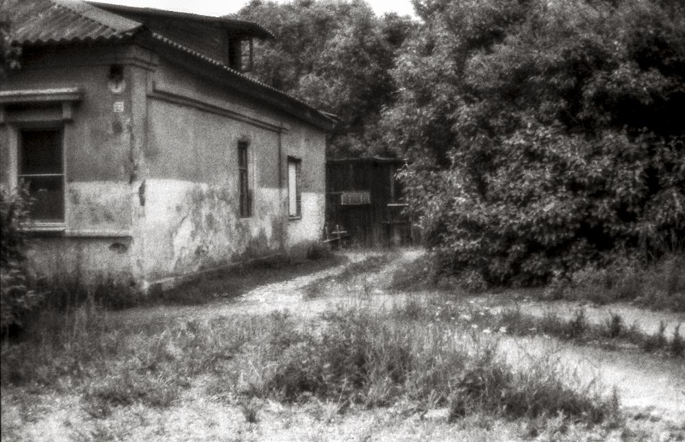 "photo ""***"" tags: city, black&white, Новгородская область. Город Бо, Ч/б пленка. Монокль."