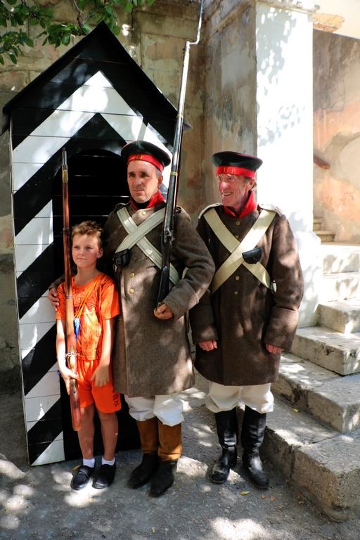 """photo """"change of generations..."""" tags: reporting, genre, old-time, Севастополь, Черное море, духовная культура, духовные ценности, историческое наследие, история, праздник"""