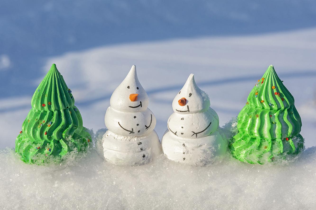 """photo """"***"""" tags: still life, Новый Год, десерт, елки, пирожные, снеговики"""