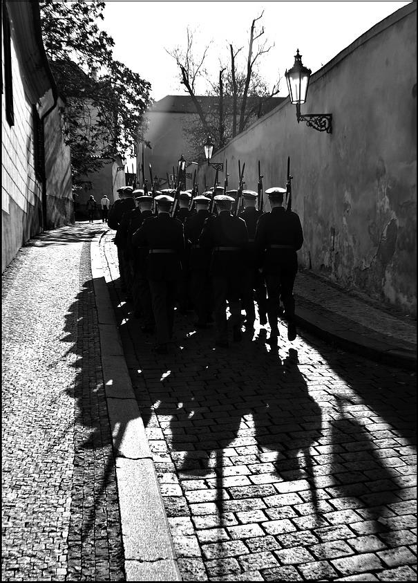 """photo """"Солдаты"""" tags: black&white, Prag, Prague, Praha"""
