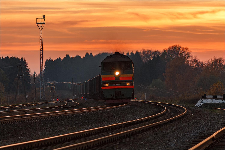 "photo ""***"" tags: landscape, technics, nature, autumn, evening, sunset, village, железная дорога, листья, поезд"
