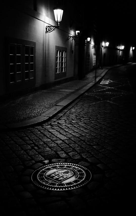 "photo ""Ночные фонари и крышка люка"" tags: black&white, Prag, Prague, Praha"