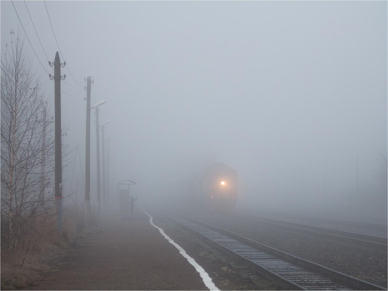 "photo ""***"" tags: nature, black&white, technics, autumn, fog, монохром, поезд, человек"