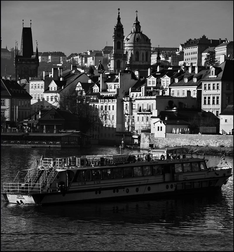 """photo """"Башни, дома и пароход"""" tags: black&white, Prag, Prague, Praha"""