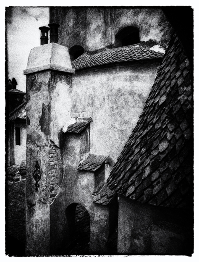 "photo ""Drakula house"" tags: travel, architecture, black&white, romania"