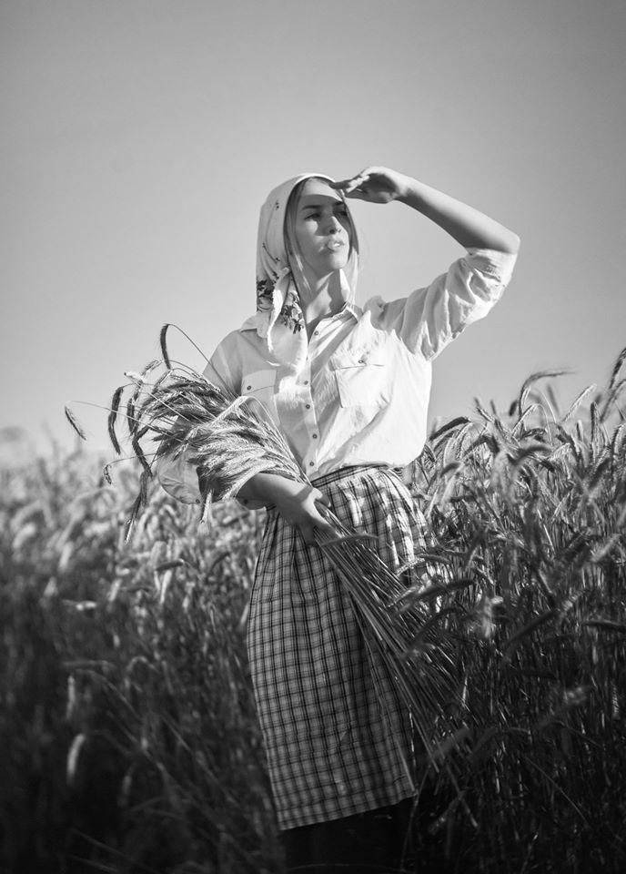 "photo ""***"" tags: portrait, black&white, old-time, evening, field, girl, summer, модель, настроение, портрет девушка лето, портрет девушка ретро-стиль, портрет девушка чб, портрет девушка чб лето, пшеница, солнечно"