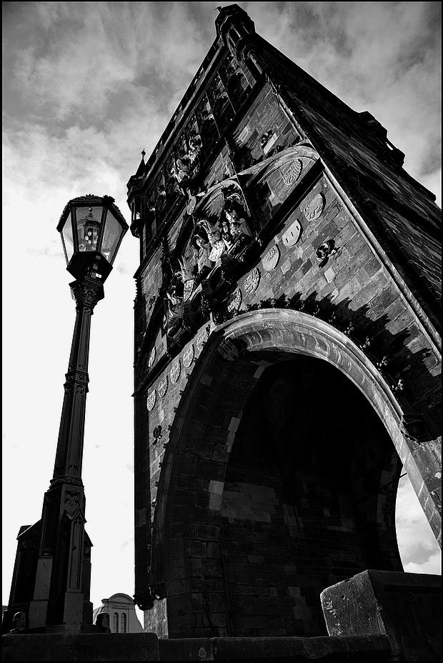 "photo ""Фонарь и башня"" tags: black&white, architecture, Prag, Prague, Praha"