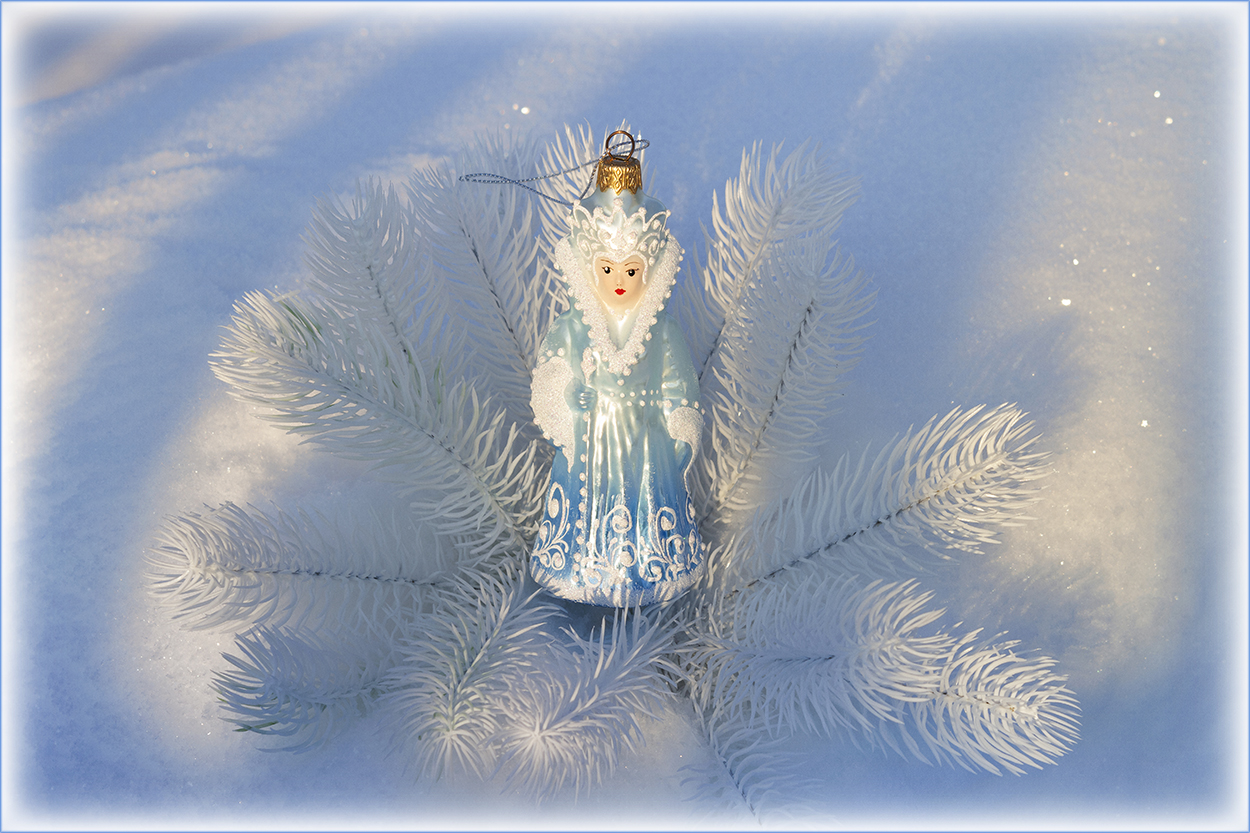 "photo ""***"" tags: macro and close-up, snow, белые ветки ели, блеск, елочная игрушка"