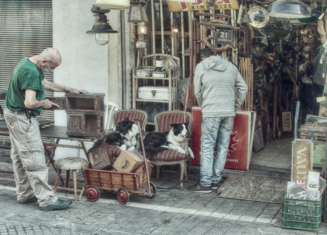 """photo """"Lovers of antiquity ..."""" tags: travel, street,"""