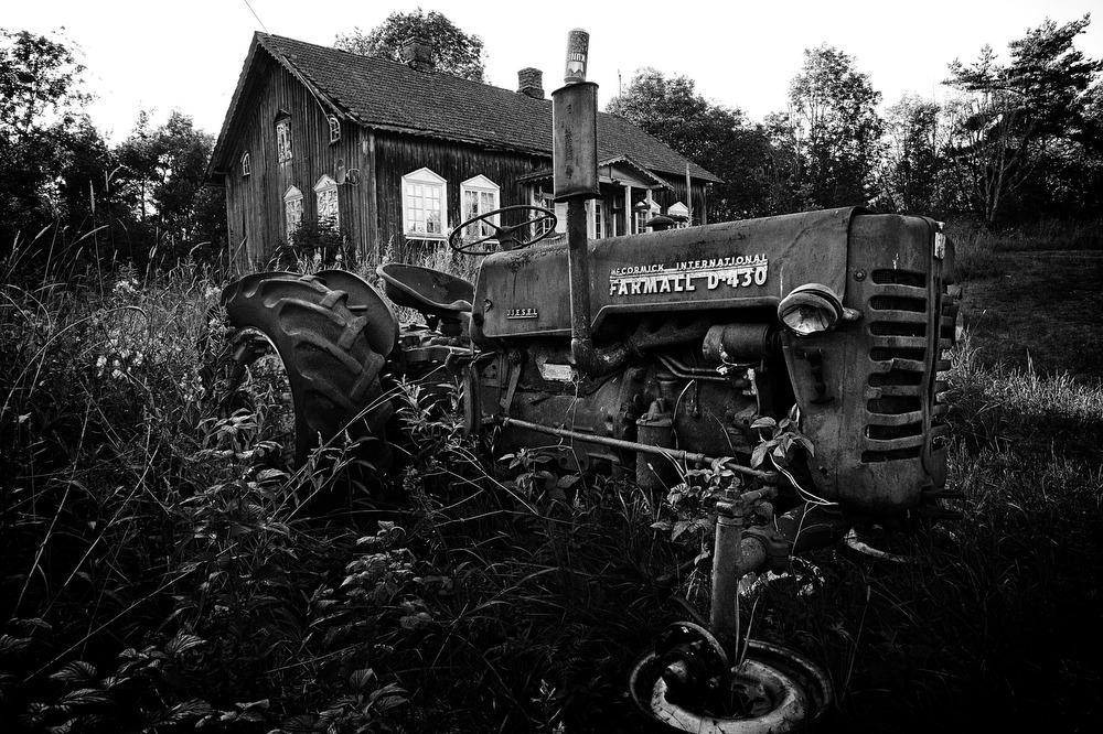 "photo ""Farmall D-430"" tags: black&white, old-time, Urbex, farm, house, tractor"