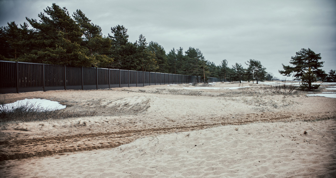 "photo ""winter beach"" tags: landscape, misc., nature, beach, tree, winter, деревья, забор, песок"